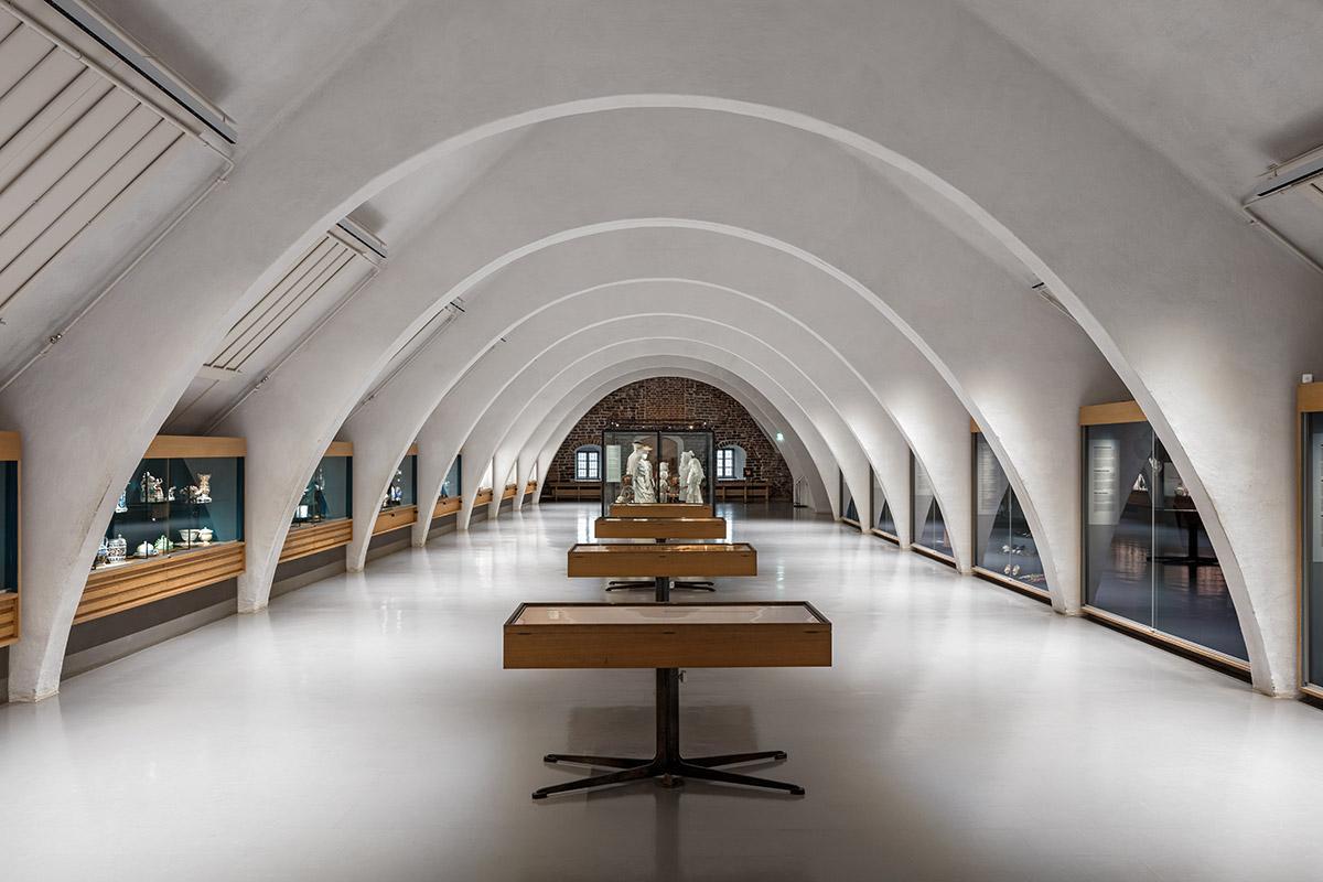 KT Interior referenssi Turun linna. Arkkitehtoniset valaisimet.