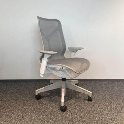 Herman Miller Cosm, valkoinen mid-back, ergonominen työtuoli.